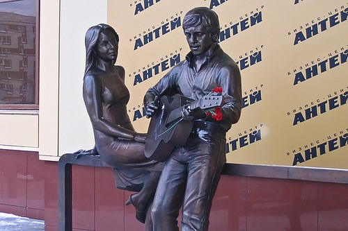 """Russia, Yekaterinburg. Sculptures of Vladimir Vysotsky and Marina Vladi at the business center """"Antey"""""""