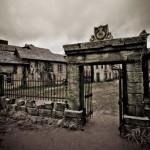 The gate to the town of Serednikovo