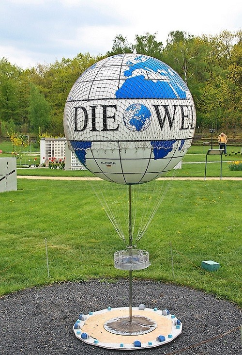 Well-known Berlin ball 'Die Welt' rises and falls like a real