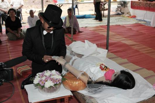 Weird News – Man marries dead girlfriend