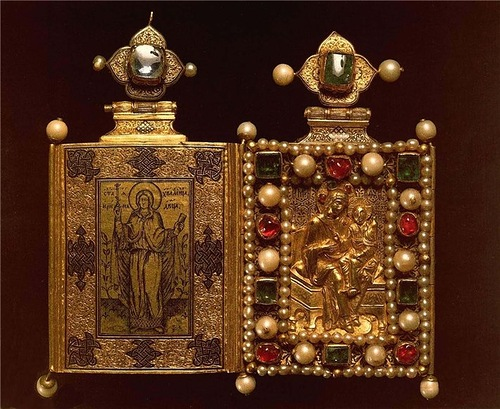 """Reliquary 1589. Gold, precious stones, pearls, chasing, niello, casting. Height 11.8 cm, width 6.5 cm. State Historical and Cultural Museum-Preserve """"Moscow Kremlin"""". Armory, Moscow"""