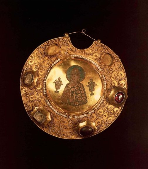 """Colt, 12th century. Gold, pearls, precious stones, enamel, filigree, granulation. Diameter of 12.5 cm. State Historical and Cultural Museum-Preserve """"Moscow Kremlin""""."""