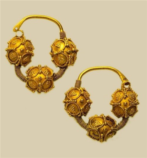 Temporal rings,12th century. Gold, embossing, filigree, granulation. 4.3 x 4.3 cm. State Museums of the Moscow Kremlin. One of the most common types of female ornaments, which were attached to the headdress. Dates back to ancient Slavic culture VII - VIII centuries