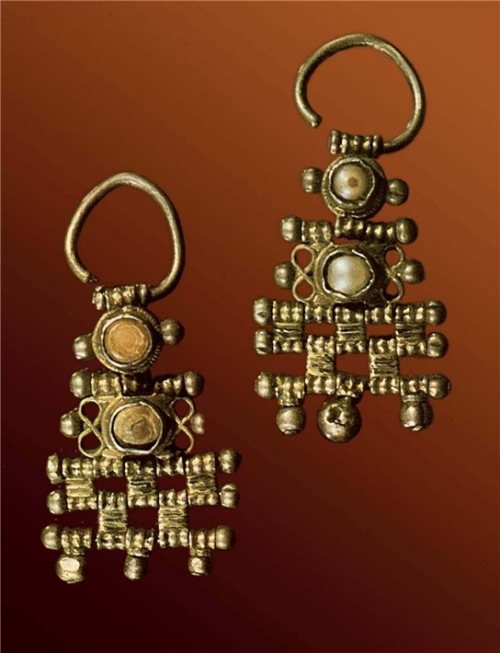 Earrings, 17th Century. Silver, pearls, pearl, glass, foundry. Length of 5.3 cm. Russian Museum of Ethnography, St. Petersburg