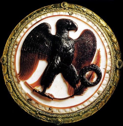 Cameo with an eagle. Dual Layer onyx. Roman work , 27 BC. e. Frame - gold plated silver. Diameter 22 cm. Vienna, Kunsthistorisches Museum, Antique collection