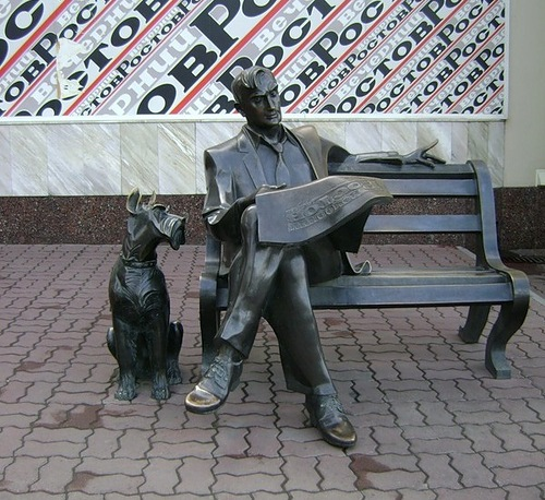 Monument to the fan of the local newspaper 'Evening Rostov' (Rostov-on-Don)