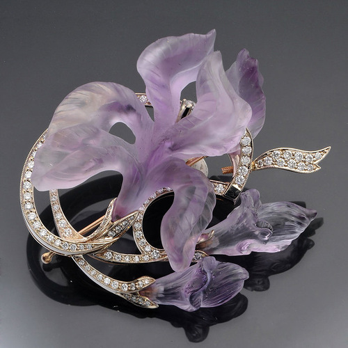 Pendant brooch of gold with diamonds and amethysts. Contemporary jewelry by Catherine Kostrigina