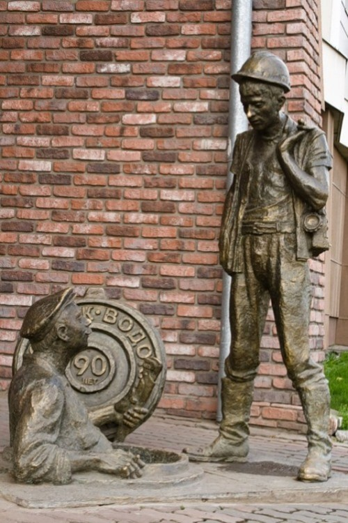 Sculptural group 'Uncle Yasha and the Trainee' attracts the attention of the public on a street in Krasnoyarsk