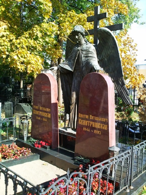 Tombstones of Russian criminal authorities