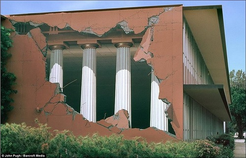 Greek tragedy. Trick of the eye. 3D murals by John Pugh