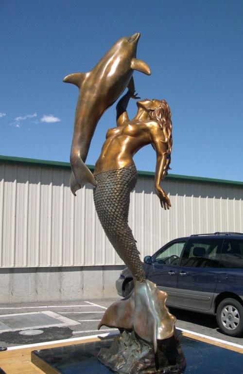 La Sirena statue
