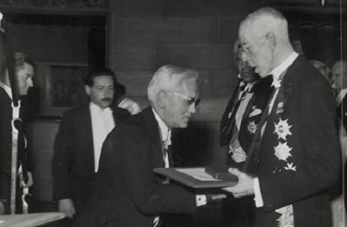 Fleming (center) receiving the Nobel prize from King Gustaf V of Sweden (right) in 1945