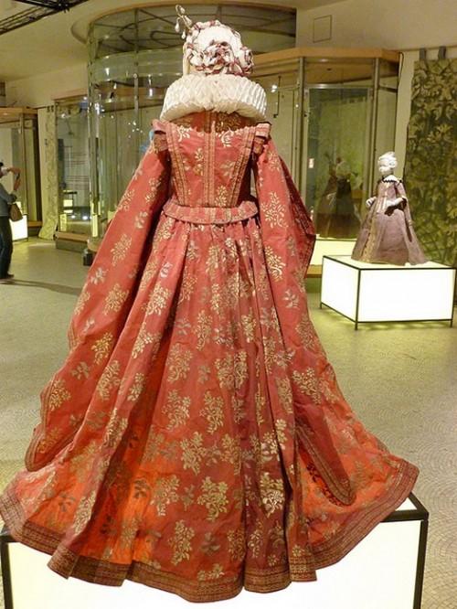 Isabelle de Borchgrave paper costumes