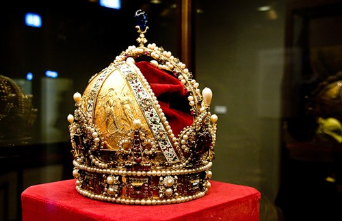 The imperial crown of Rudolf II, later Crown of the Austrian Empire. The beginning of the seventeenth century. Gold, diamonds, rubies, sapphires, spinel, pearls, velvet