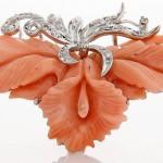 Broche en oro blanco, coral