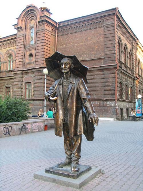 A monument to the artist Pozdeeva in Krasnoyarsk, Russia