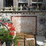 Various figurines, mosaic panels decorate the house La Maison Cassee Vaisselle