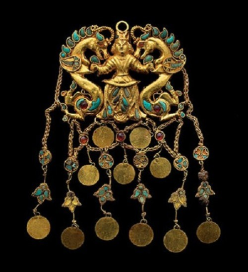 Pendant made of gold, turquoise, Garnet, lapis lazuli, Carnelian and pearls, depicting Lord of dragons