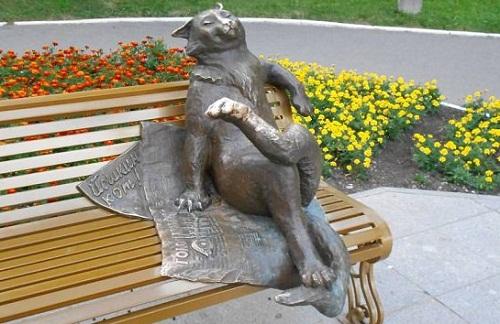 """The bronze monument """"Yoshkin cat""""."""