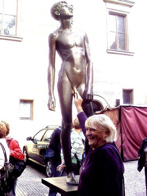 Monument to a naked boy in Prague