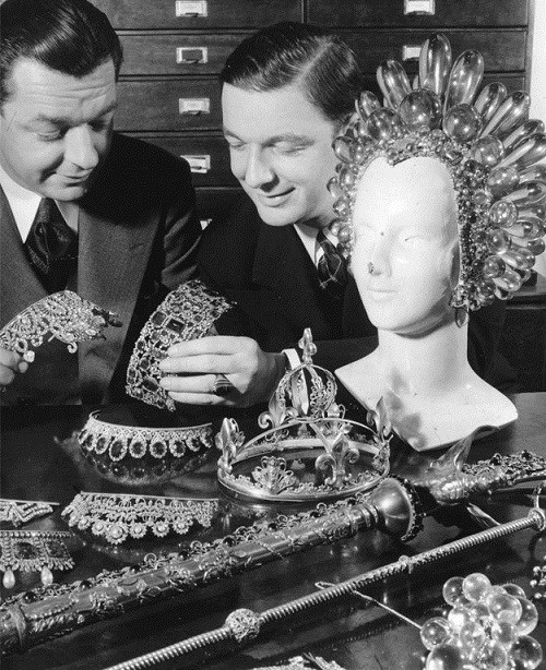 Joseff and his brother Jimmy Glaser are viewing their products. A huge headdress made ​​of acrylic, Virginia Bruce wore in the movie The Great Ziegfeld