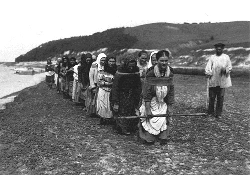 Women on the Volga boatmen, 1900