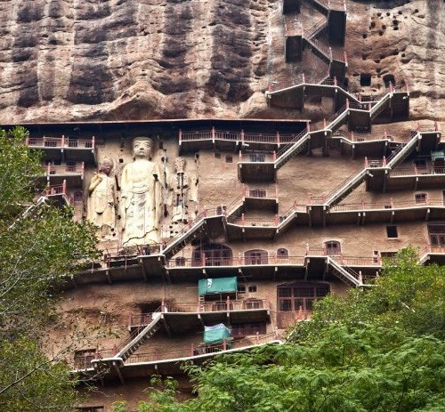 Un total de 194 gruta de montaña situado 54 - en el este, 140 - al oeste