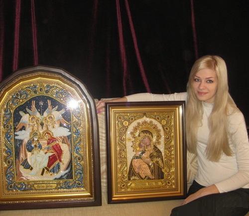 Hermosa artista ucraniana Angélica Artyomenko con sus iconos pintados y bordados