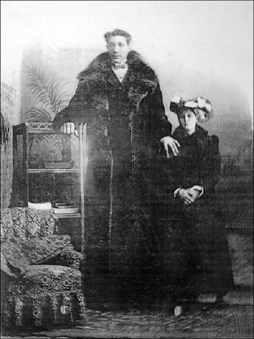 Feodor Machnow with his wife (said to be 185 cm).