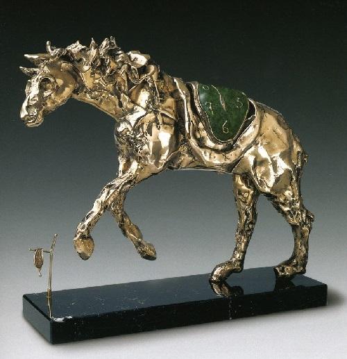 Caballo ensillado con Time.  Escultura de bronce de Salvador Dalí