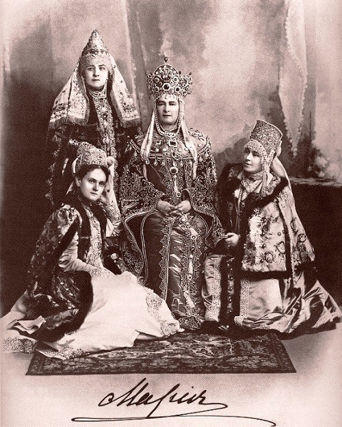 Maria Pavlovna with her ladies-in-waiting. Romanov Anniversary Ball (1903)