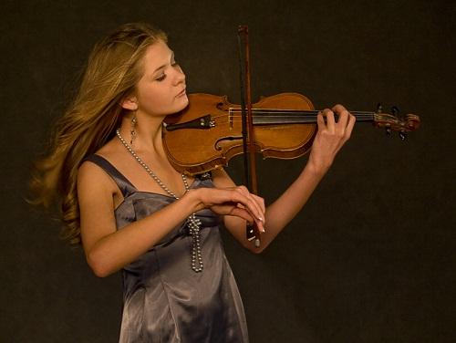 Vera Penkova, playing the violin