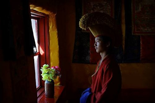 A Gelug monk at Uvgun Kiid Monastery, Khogno Khaan. Photo by English traveling photographer and filmmaker Timothy Allen