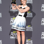Emma holding her Trailblazer Award at the 2013 MTV Movie Awards.