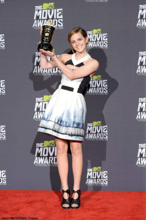 Emma holding her Trailblazer Award at the 2013 MTV Movie Awards.