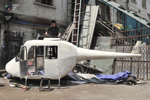 Gao Hanjie installs the rotor blades on his homemade helicopter, which is 6-meter-long and 350kg