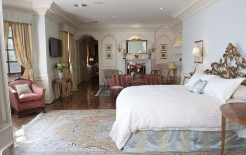 a short tour inside the house and see singer's bedroom, library, bathroom, cinema and other rooms