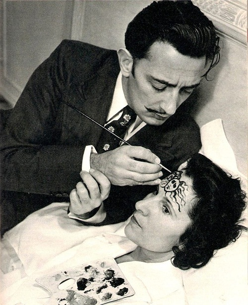 "Salvador Dalí, painting ""Medusa sleep"" on the forehead of Gala. 1945"