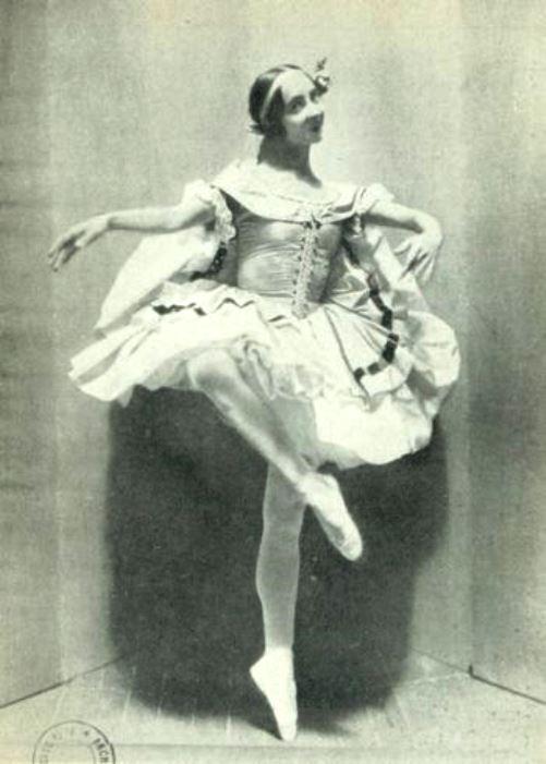 1915 photo of Olga Spessivtseva as Esmeralda