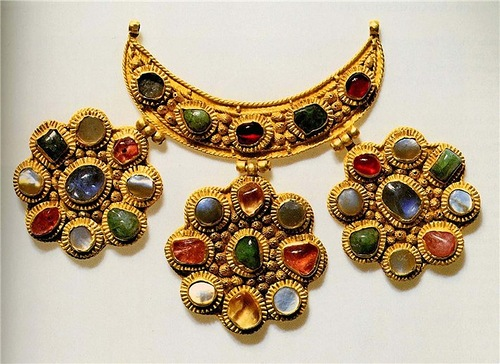 Tsata with three pendants. Late 14th - early 15th century. Gold, sapphires, emeralds, tourmaline, almandine, pearl, chasing, filigree, 7.5 x 1.7 cm. State Museums of the Moscow Kremlin