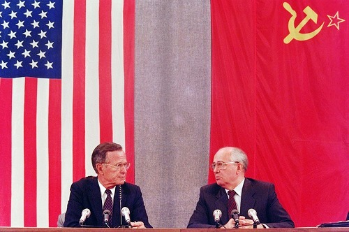 US President George Bush and Soviet counterpart Mikhail Gorbachev confer during their joint press conference 31 July 1991 in Moscow