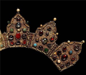 "Crown with a salary of icon ""Our Lady of Bogolyubskaya."" fragment. Late 14th - early 15th century. Gold, precious stones, pearls, filigree, granulation. The height of wave 11.5 cm, width 8 cm wave. State Historical and Cultural Museum-Preserve ""Moscow Kremlin"". Armory, Moscow."