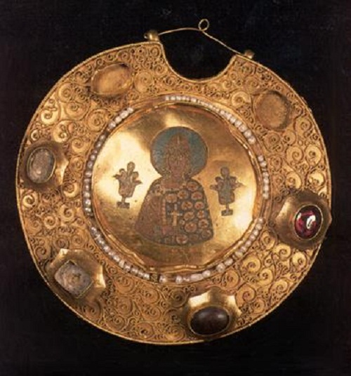 Ryazan, XIIth century. Gold, precious stones, pearls; cloisonne enamel, filigree, seeds of gold. Diameter 12 cm. From the basic Armoury collection. From the treasure-trove discovered near the town of Old Ryazan in 1822.
