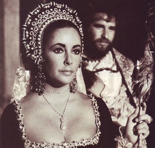 Cursed precious stones. Elizabeth Taylor wearing La Peregrina pearl