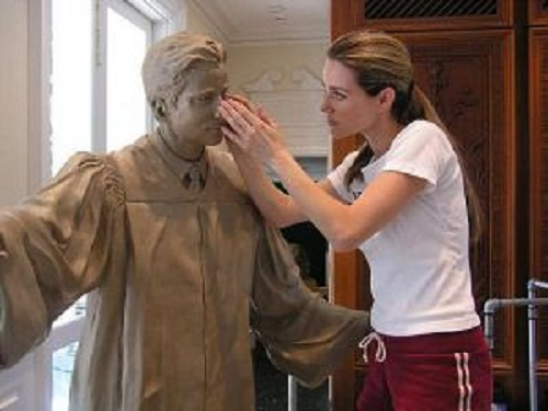 Angela Mia De la Vega sculpting