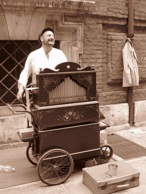 organ grinder in Torino