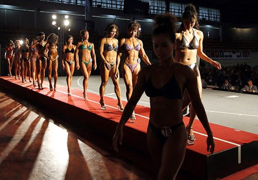 Performance of female body builders