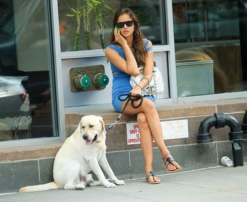 Shayk and her pet dog Caesare