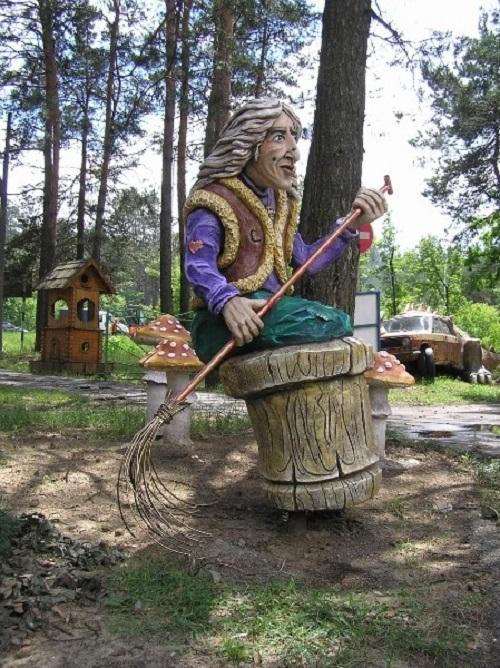 Evil creature of Russian tales – Baba Yaga. Concrete sculpture by Vladimir Kolesnikov
