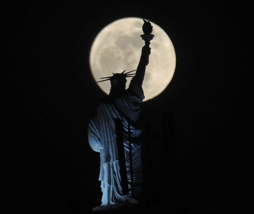 The Statue of Liberty. In the night between Saturday and Sunday (May 5-6, 2012) Moon closer to the Earth at a distance of 357 000 km.